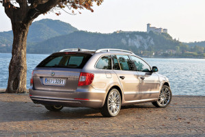 Skoda-Superb_Combi-2010-rear